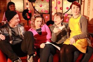 Ainon kahvilan 60-luku bileissä Karri, Krista, Tomi ja Emmi istuvat sohvalla.