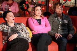Ainon kahvilan 60-luku bileissä Karri, Krista ja Tomi istuvat sohvalla.