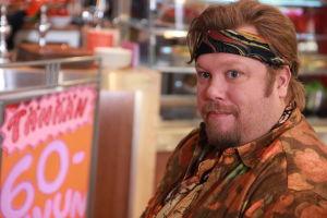 Ainon kahvilan 60-luku bileissä hipiksi pukeutunut mies.