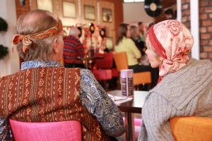 Ainon kahvilan 60-luku bileissä Aino ja Ensio pukeutuneena hipeiksi. Kuva takaa.