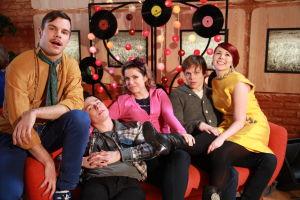 Ainon kahvilan 60-luku bileissä Aapo, Karri, Krista, Tomi ja Emmi. Emmi istuu Tomin sylissä.