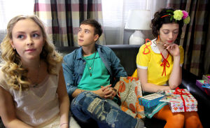 Epun ja Annin 18v bileet. Iris, Eppu ja Anni istuvat sohvalla.