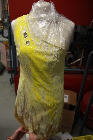 Keltainen mekko mallinuken päällä.
