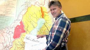 Lektor Långbacka med Mortons namnteckning och minneskarta.