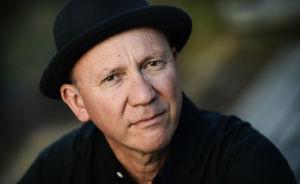 Musikern Micke Allén i svart hatt.