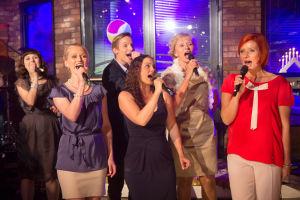 Emmi, Marika, Jani, Elina, Lissu ja Aino laulamassa.