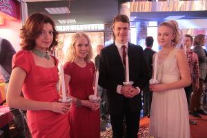 Anni, Tuija, Jimi ja Iris kynttilät käsissään.