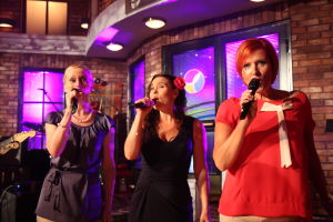 Marika, Elina ja Lissu laulamassa.