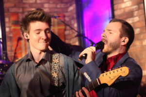 Rasmus ja Aapo soittamassa ja laulamassa.