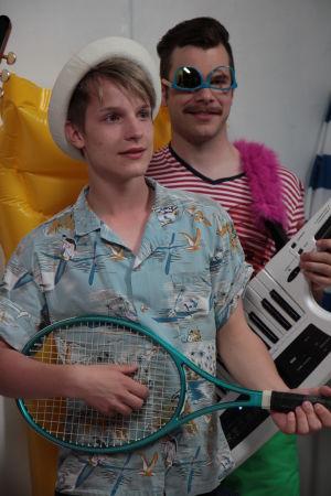 Jani ja Aapo. Jani soittaa tennismailaa ja Aapolla aurinkolasit väärinpäin.