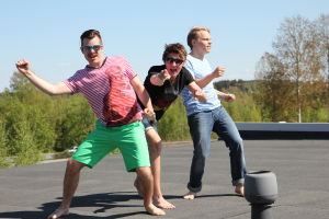 Aapo, Rasmus ja Topi tanssivat katolla.