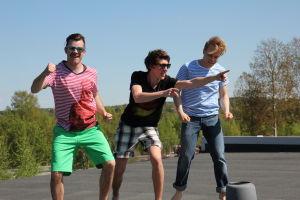 Aapo, Rasmus ja Topi katolla.