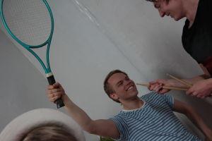 Topi tennismailan kanssa.