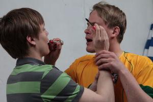 Lauri ja Tomi meikkaavat toisiaan.