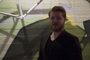 Mies, Miika Laakso seisoo kohti kameraa.