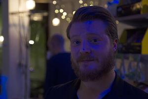 Mies, Miika Laakso katsoo kameraan.