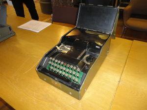 Salakirjoituskone Mirri (kirjoituskone), jonka on suunnitellut Yleisradion tekninen  johtaja Paavo Velander 1940-luvulla.