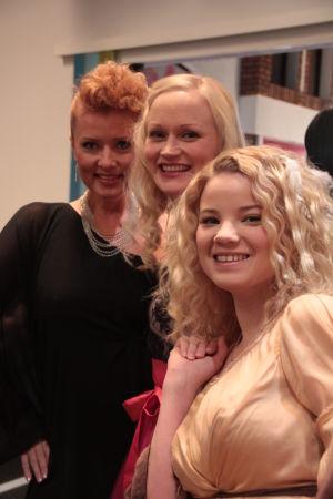 Lissu, Marika ja Vilma juhlavaatteissa.