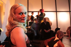 Marika Ruuskanen-Kuusla. Taustalla lava ja bändiä.
