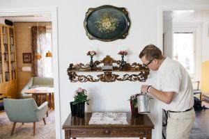 lastenpatologi Hannu Sariola kastelee kukkia kotonaan