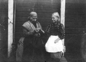Anni-Pulkki, vanha eukko, povaa nuoren tytön kädestä.