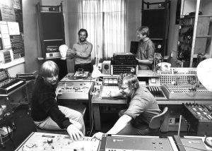 Neljä miestä Yleisradion kokeilustudiossa laitteiden keskellä.