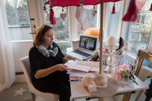 Hää- ja juhlasuunnittelija (firman nimi Orchidea) Sonja Wikström työhuoneellaan, Vantaa, 30.11.2016.