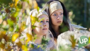 Kuvassa Aina (Amelie Baluberg) ja Eilen (Anette Aghazarian).