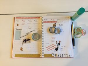 Kuvassa tuunatun kalenterin aukeama