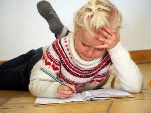 Rebecka gör läxor i Aten.