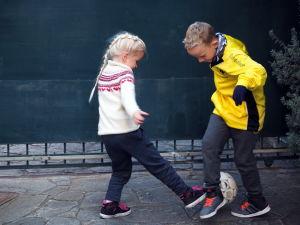 Barnen spelar fotboll.