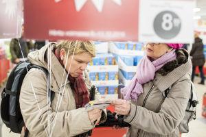 Katja Kuusela tutkii paristopakettia kaupassa.