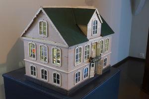Sjökaptenen Johan Fredrik Sjöberg byggde detta dockhus till sin dotter Edith. Dockhuset finns idag på Borgå museum.