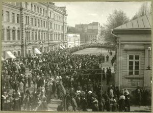 Strejkmilisen har satt Åbo stadsfullmäktige i arrest i maj 1917.