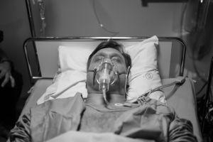 Henri Talvio makaa sairaalavuoteella.