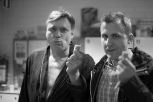 Samuli Edelmann ja Joel Mäkinen syövät Presidentin kuvauksissa.
