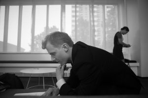 Joel Mäkinen lukee käsikirjoitusta Presidentin kuvauksissa.
