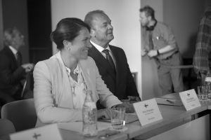 Inka Kallén ja Mats Långbacka nauravat Presidentti-sarjan kuvauksissa.