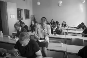 Inka Kallén ja työryhmä ruokailee Presidentti-sarjan kuvauksissa.