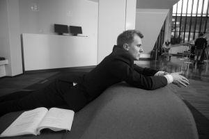 Joel Mäkinen makoilee Presidentiti-sarjan kuvauksissa.