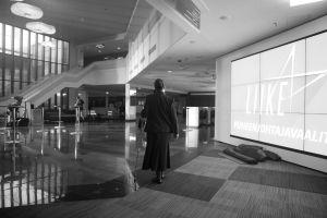Rea Mauranen suuressa aulassa Presidentti-sarjan kuvauksissa.