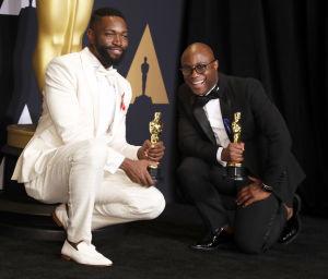 Barry Jenkins och Tarrell Alvin McCraney visar upp sina Oscarsstatyetter i kategorin bästa manus baserad på förlaga.