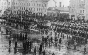 Vangittuja punavankeja Tampereen Keskustorilla 6.4.1918