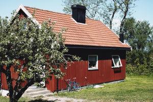 Ett rödmålat hus på den norska fängelseön Bastöy.