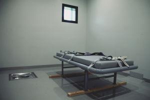 Bädd med läderbälten för att spänna fast människor inne i en säkerhetscell i Halden fengsel.