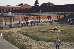 Intagna på det amerikanska Atticafängelset spelar softball.