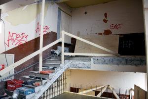 En byggarbetsplats där man har rivit en del av en gammal trappa.