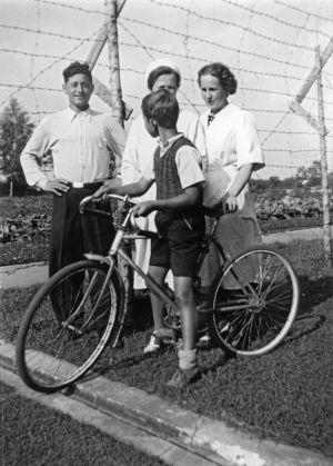 """""""Aliosha Tscilingarjan, rouva Lindberg, rouva Slotte."""" (1941)"""