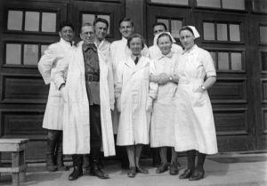 28. sotasairaalan henkilökuntaa. Osa lääkäreistä (kuvassa takana) oli venäläisiä sotavankeja. (1941)