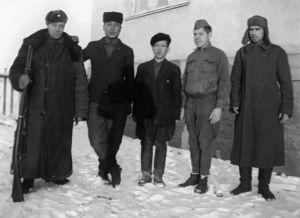 """""""Vartija, J. Uusikartano, 'Musta Pekka', A Lindbacka."""" Vasemmalla vanginvartija ja toinen oikealta sotavanki. (1941)."""